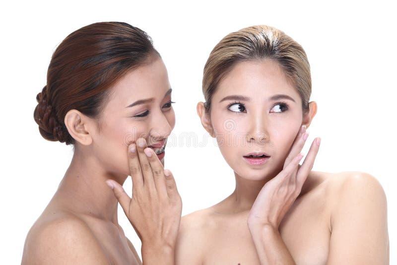 Zwei Asiatinnen mit schöner Mode bilden eingewickeltes Haar lizenzfreie stockfotografie