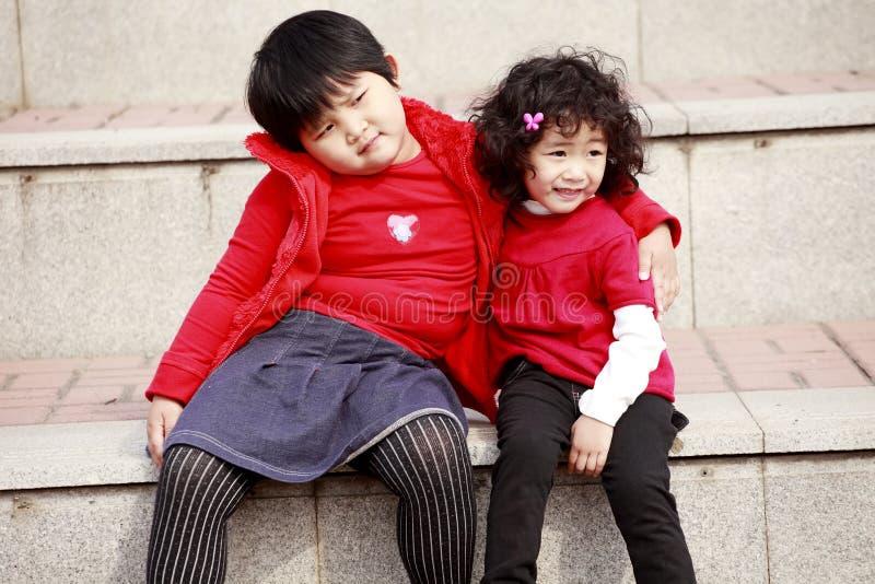 Zwei asiatische kleine Mädchen auf Treppen. lizenzfreie stockfotos
