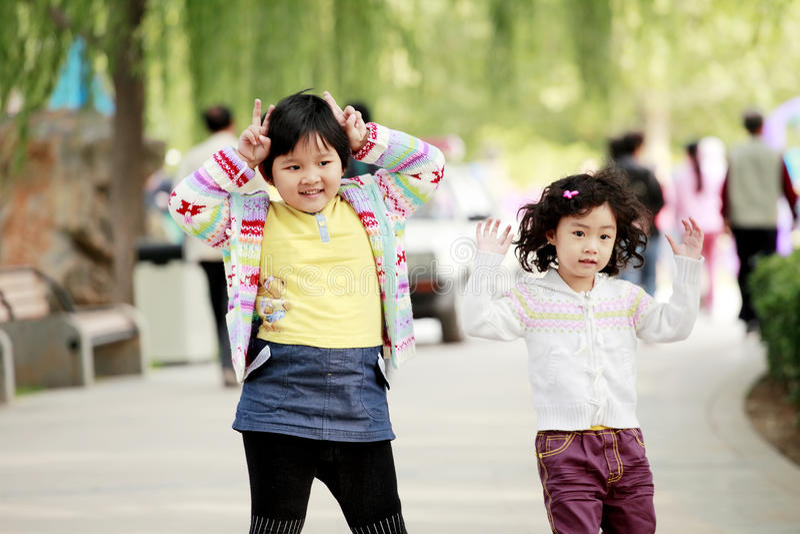 Zwei asiatische kleine Mädchen im Freien stockfoto