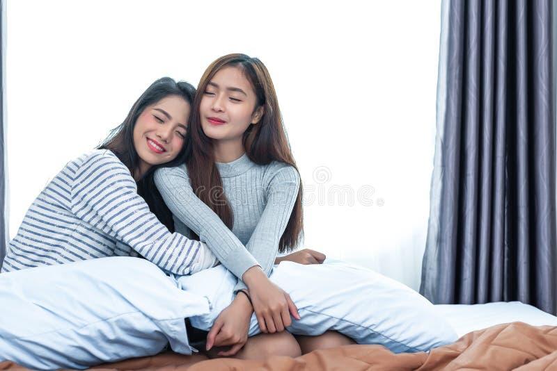 Zwei asiatische lesbische Frauen umarmen zusammen im Schlafzimmer Paarleute und Sch?nheitskonzept Glücklicher Lebensstil und süße lizenzfreies stockbild