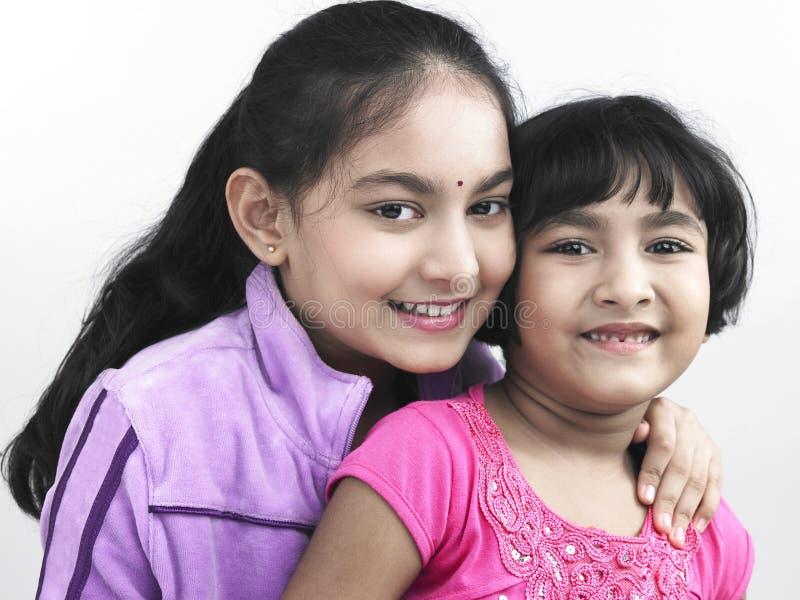 Zwei asiatische Schwestern indischer Ursprung lizenzfreie stockbilder