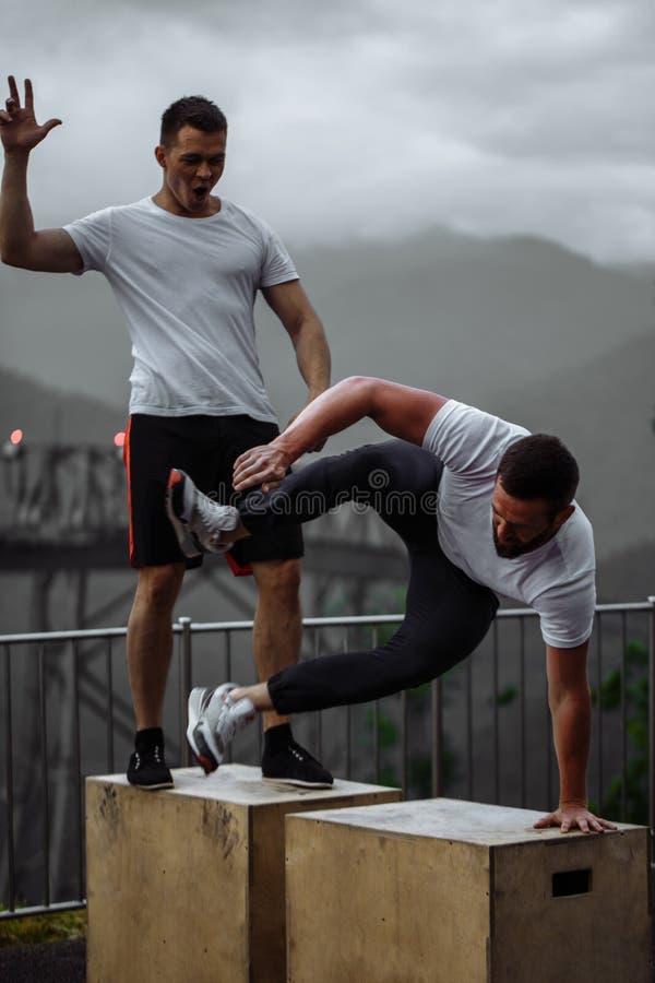 Zwei Athleten stehen nach intensivem Trainingstraining im Freien in der Berglandschaft still stockfoto