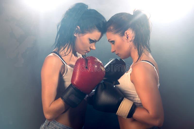 Zwei athletische Mädchen, die an der Turnhalle sich auseinander setzen stockbild