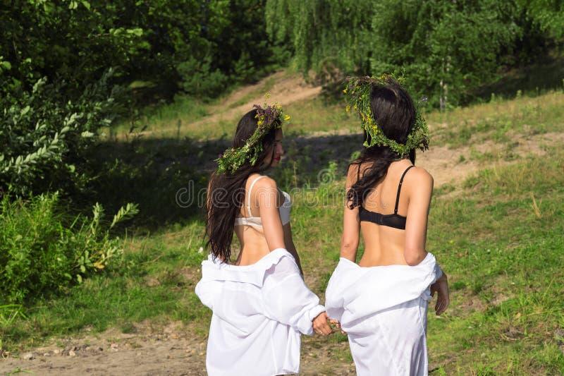 Zwei attraktive Frauen aus dem Wasser heraus lizenzfreie stockfotos