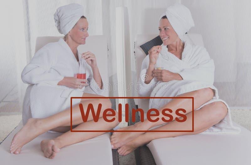 Zwei attraktive Frauen, die nach der Sauna stillstehen lizenzfreie stockbilder
