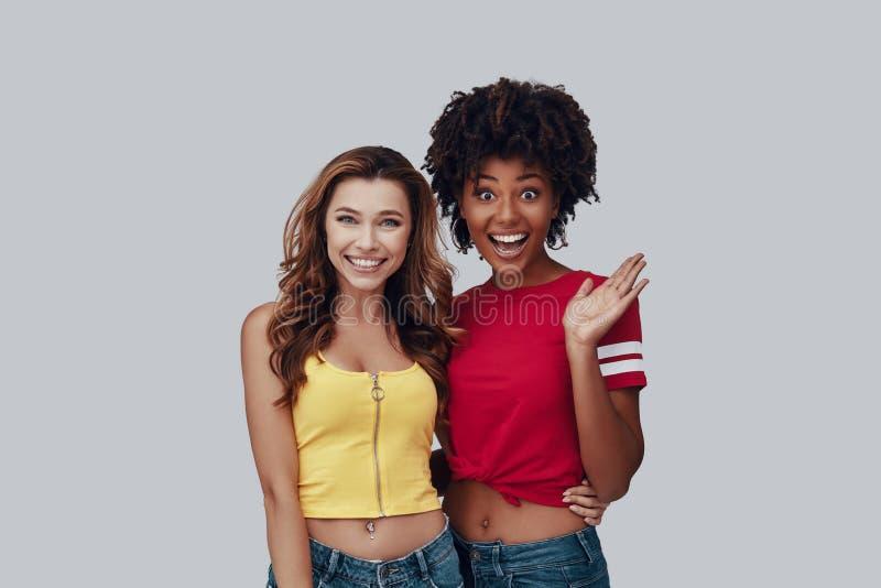 Zwei attraktive junge Frauen stockbild