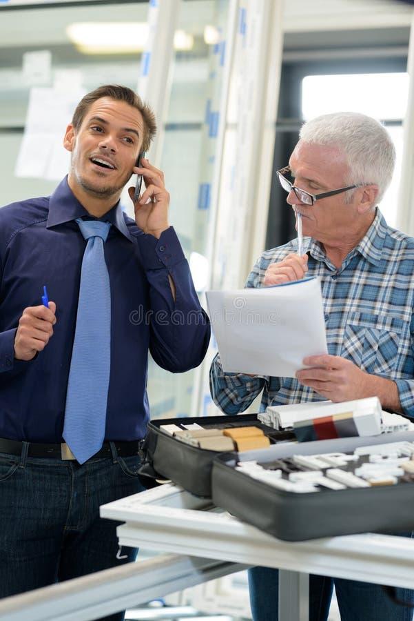 Zwei aufgeregte Geschäftsmänner während des Treffens stockbilder