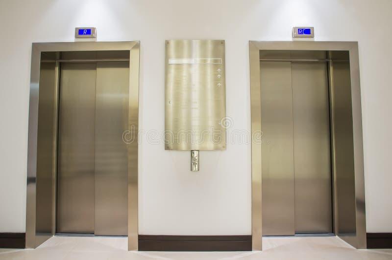 Download Zwei Aufzüge stockfoto. Bild von tür, eleganz, metall - 26361652