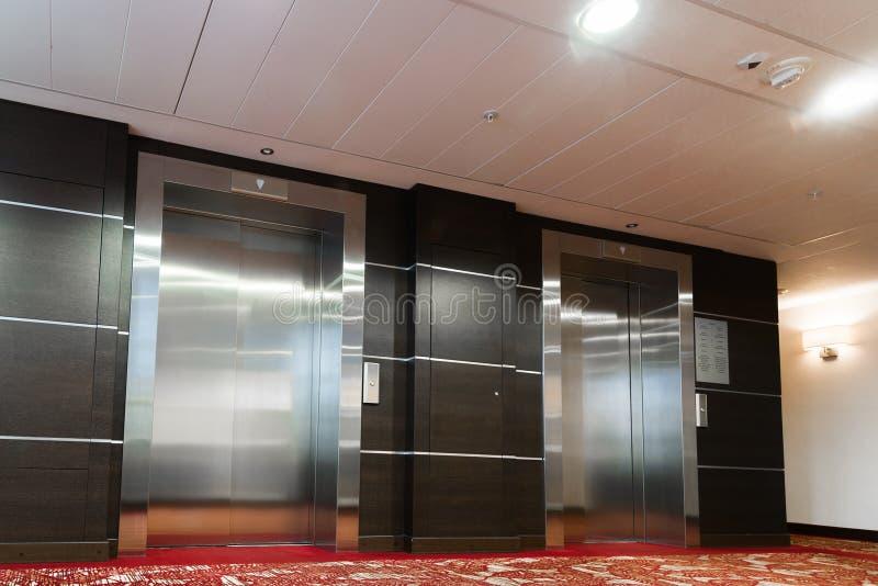 Zwei Aufzüge mit Metalltüren im Hotel stockfoto