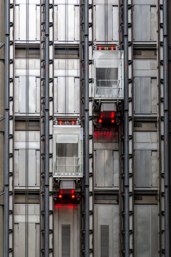 Zwei Aufzugskabinen in einem Wolkenkratzer lizenzfreie stockfotografie