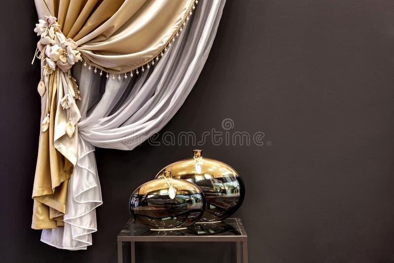 Zwei ausgezeichnete Vorhänge und zwei Vasen lizenzfreie stockbilder