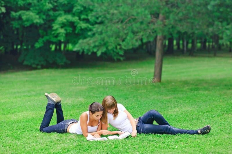 Zwei Bücher der jungen Mädchen Lese stockbild