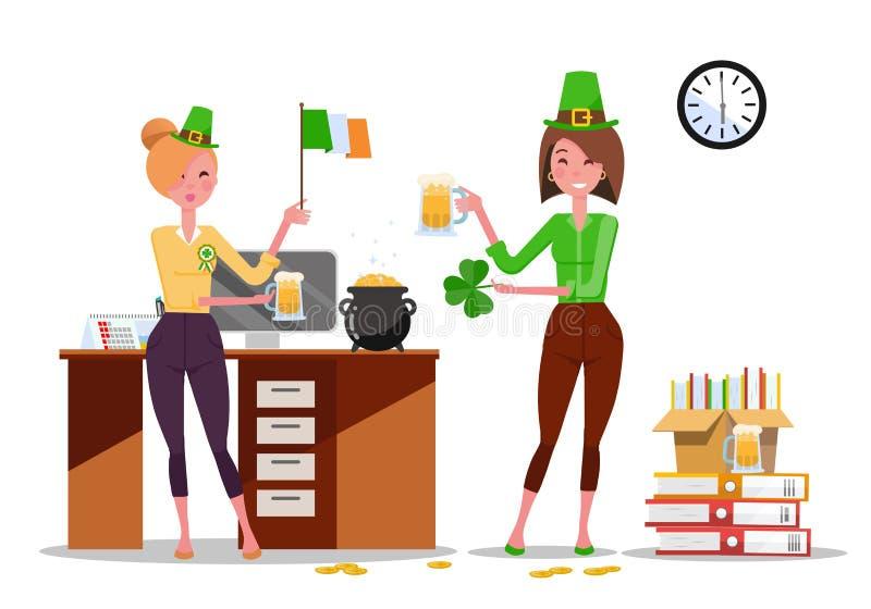 Zwei B?roangestellte der jungen Frauen feiern St Patrick Tag am Arbeitsplatz mit den Bierkr?gen, Irland-Flagge in den H?nden Stap stock abbildung