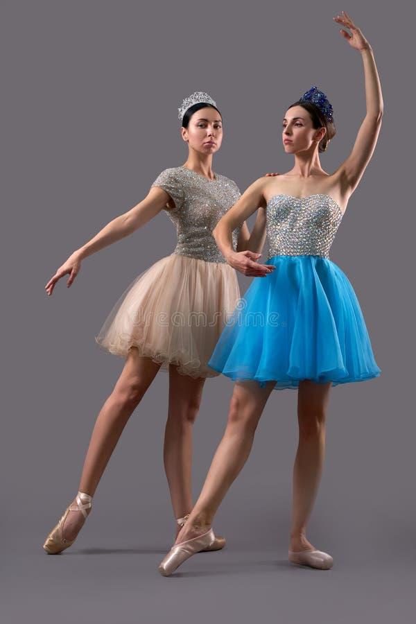 Zwei Ballerinen, die zusammen in Studio aufwerfen und tanzen lizenzfreies stockfoto