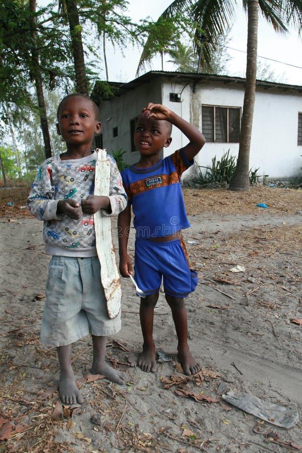 Zwei barfüßig, acht Jahre, dunkelhäutiger Junge, stehend in der Straße DU lizenzfreie stockfotografie
