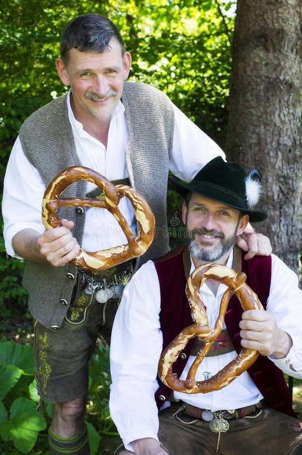 Zwei bayerische Männer lizenzfreie stockfotos
