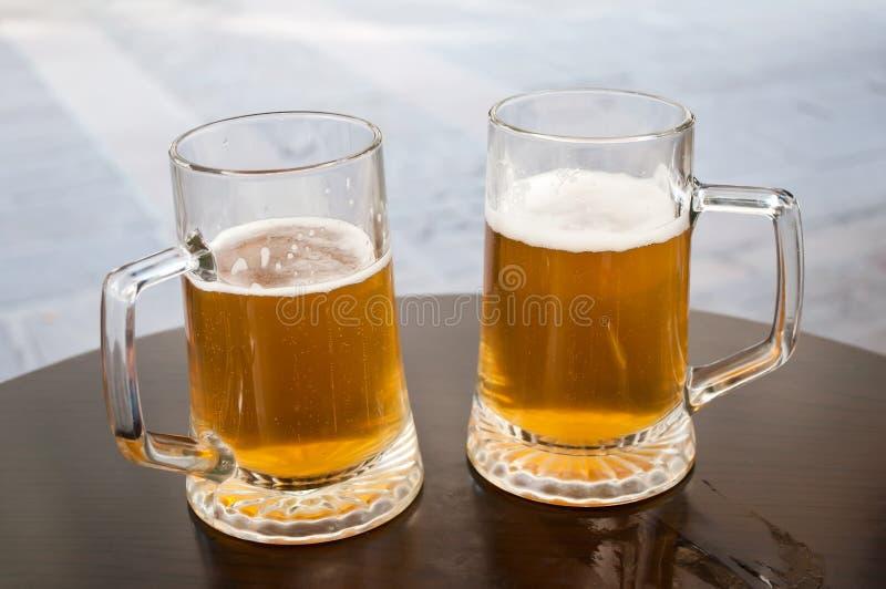 Zwei Becher Bier lizenzfreie stockfotografie