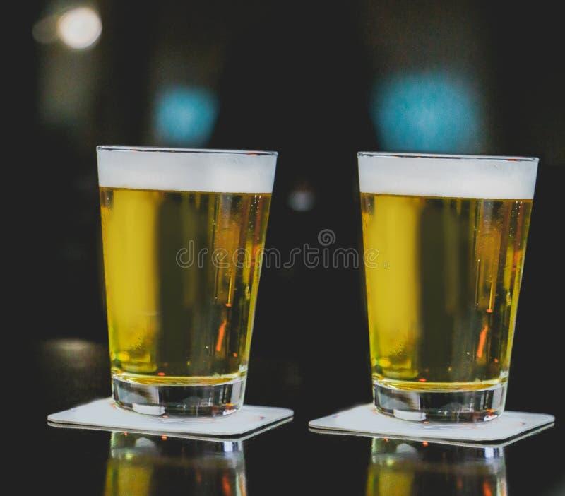 Zwei Becher von Chopp auf dem Tisch lizenzfreies stockfoto