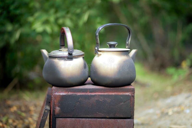 Zwei befleckten Fässer auf dem Feuerstand auf dem Grill stockfotografie