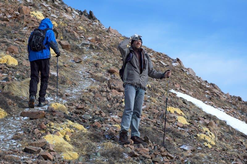 Zwei bemannt im hohen Berg lizenzfreie stockfotografie