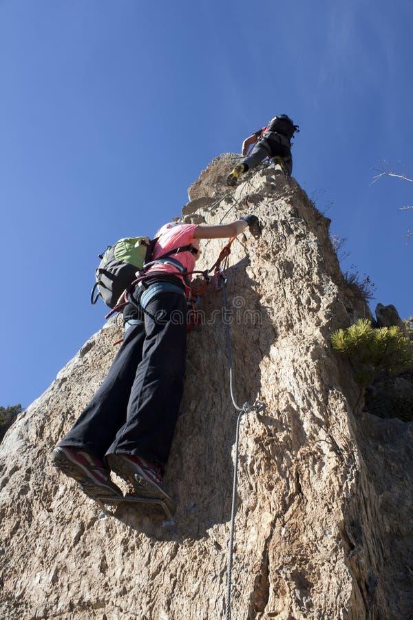 Zwei Bergsteiger, die a über ferrata tun stockfoto