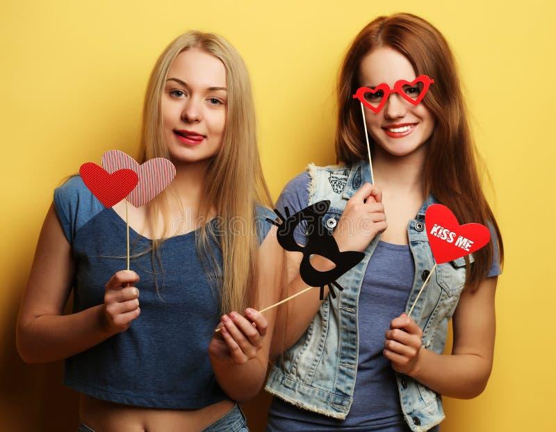 Zwei beste Freunde der stilvollen sexy Hippie-Mädchen bereit zur Partei lizenzfreies stockbild