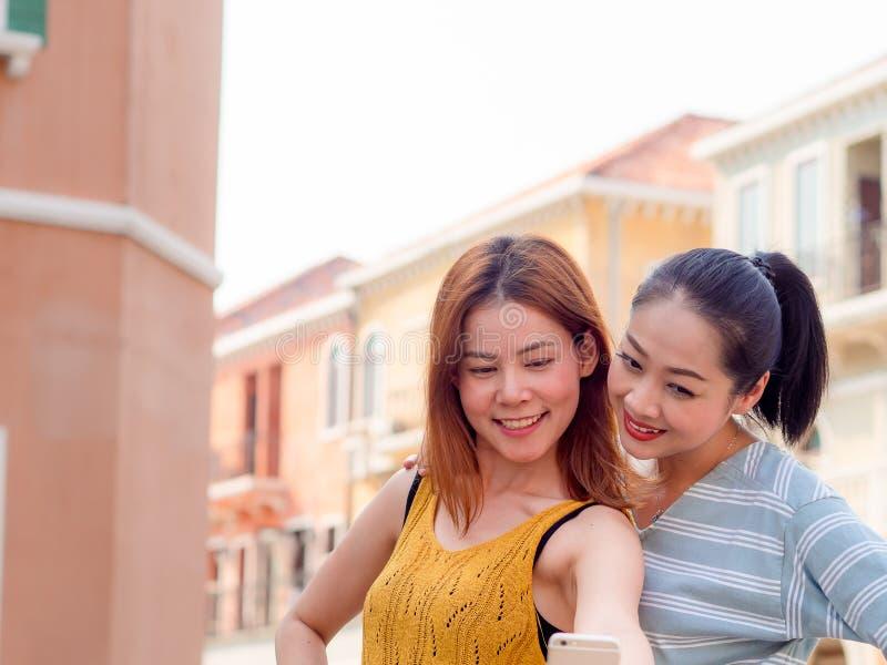 Zwei beste Freunde der touristischen Frauen nehmen selfie von themselve lizenzfreies stockfoto