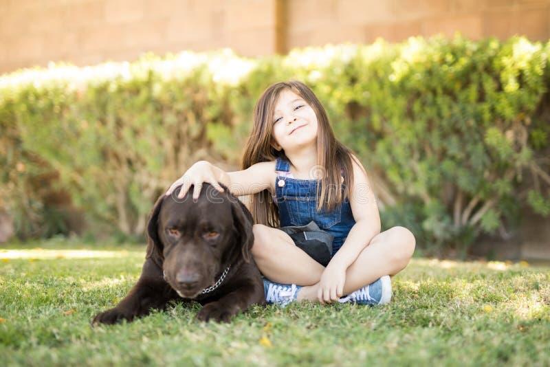 Zwei beste Freunde - Mädchen und ihr Hund lizenzfreies stockfoto