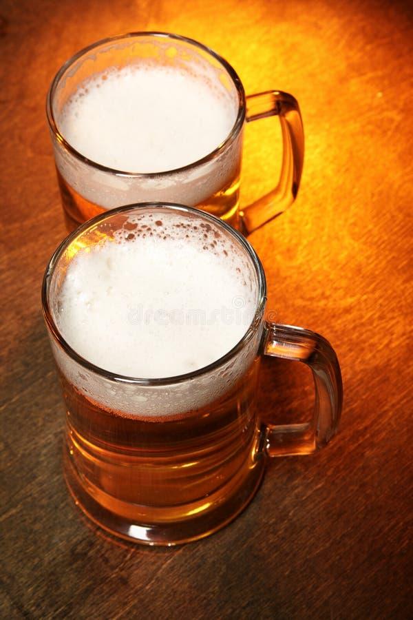 Zwei Bierbecher lizenzfreie stockbilder