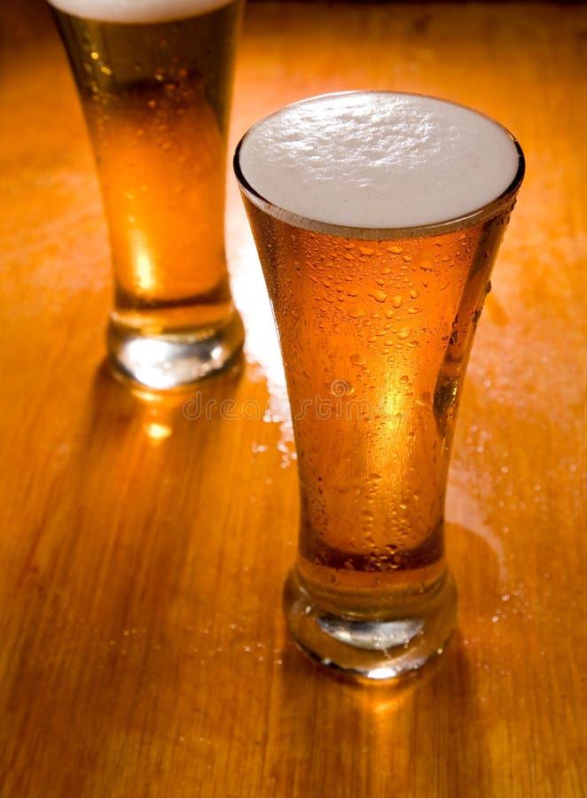Zwei Biergläser, Fokus ein zuerst lizenzfreie stockfotografie