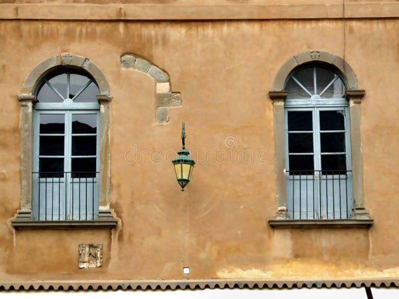 Zwei blaue alte Fenster in Bergamo lizenzfreie stockfotografie