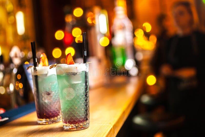 Zwei blaue Cocktails mit Zitrone auf der Bar, unscharfer Hintergrund stockfoto