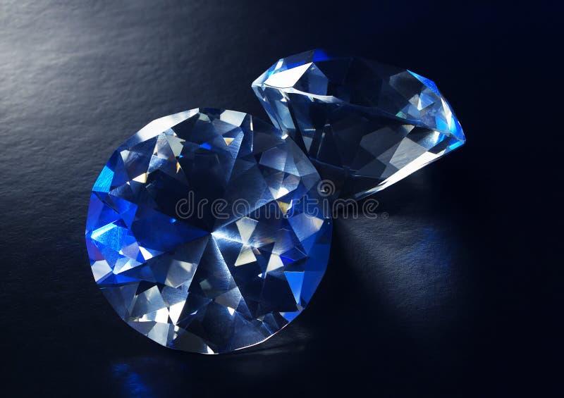 Zwei blaue funkelnde Luxusdiamanten stockfotos