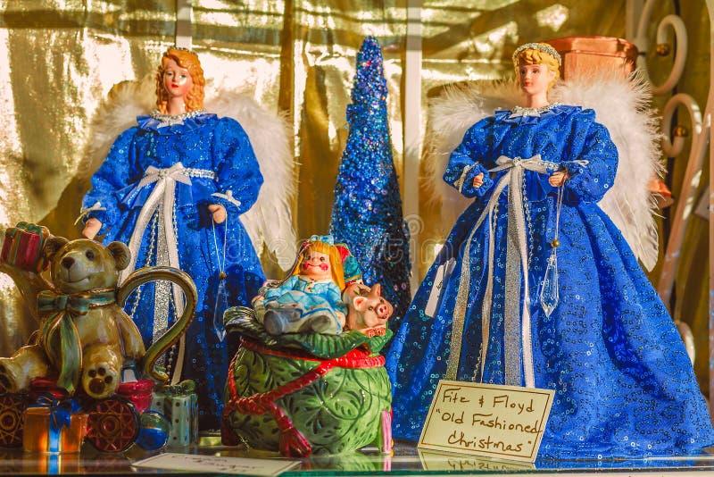 Zwei blaue Weihnachtsengel gekleidet für die Feiertage stockfoto