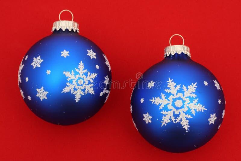 Zwei blaue Weihnachtskugeln stockbild
