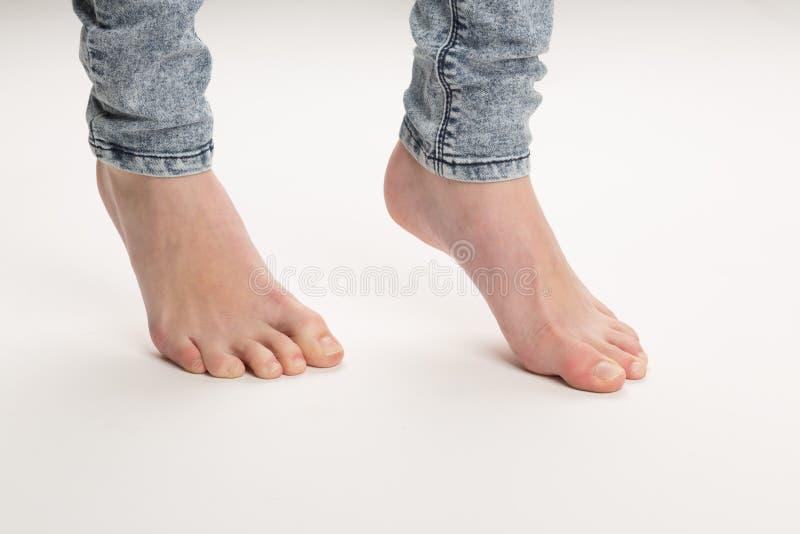 Zwei bloßer Fuß Stellungs-geht auf den Boden auf den Zehen lizenzfreie stockfotografie