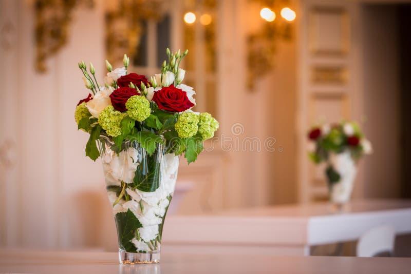 Zwei Blumensträuße Von Blumen In Den Glasvasen Stockbild - Bild von ...