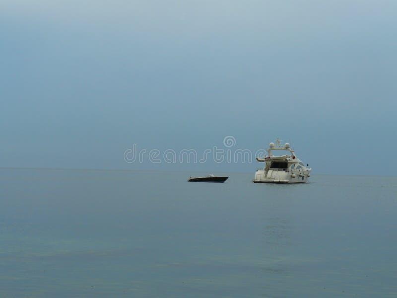 Zwei Boote in der hohen See lizenzfreie stockfotos