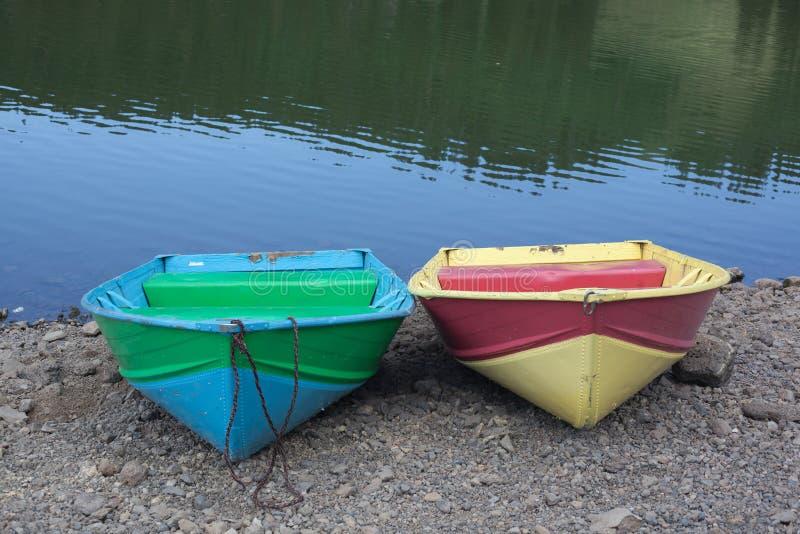 Zwei Boote an lakeshore lizenzfreies stockbild