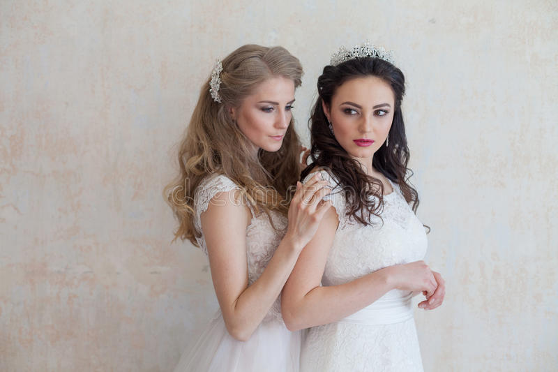 Zwei Bräute auf Hochzeit blonden Brunette heiratend stockfotografie