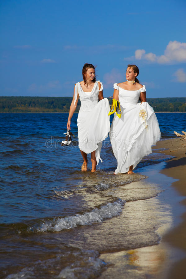 Zwei Bräute auf Ufer stockfotografie
