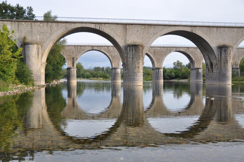 Zwei Brücken in der vollkommenen Harmonie stockfoto