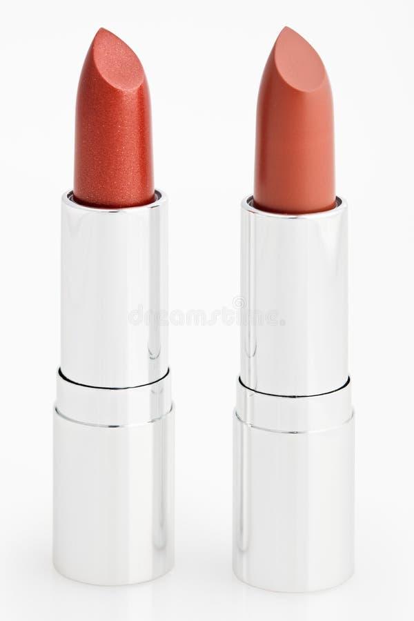 Zwei braune Lippenstifte getrennt über Weiß stockfotografie