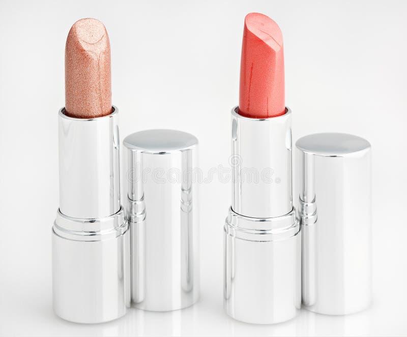 Zwei braune Lippenstifte getrennt über Weiß stockfotos