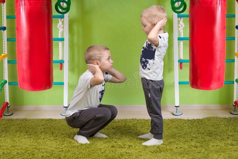 Zwei Bruderspielsport Hocke zusammen Sport und Gesundheit lizenzfreies stockbild