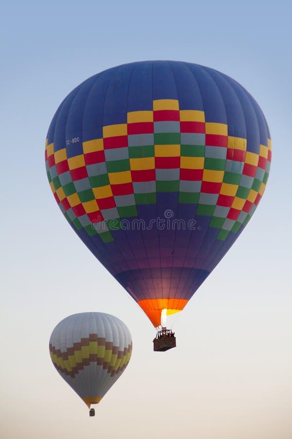 Zwei bunte Heißluftballone stockfotos