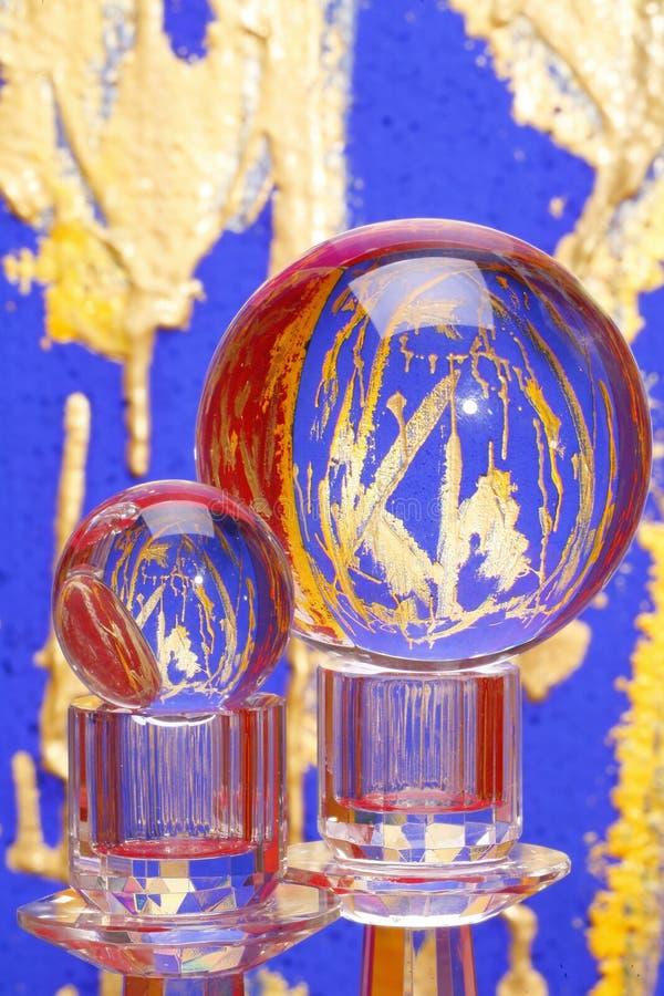 Zwei bunte Kristallkugeln lizenzfreie stockfotos