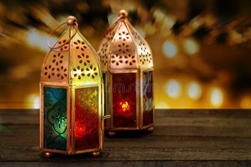 Zwei bunte orientalische Lampenlaternen brennen mit Kerzen mit Farbe stockbilder