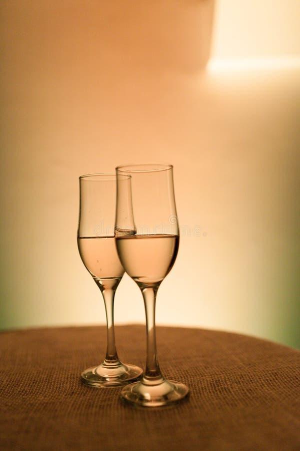 Zwei Champagnergläser in der Front an der Aufnahme lizenzfreie stockbilder