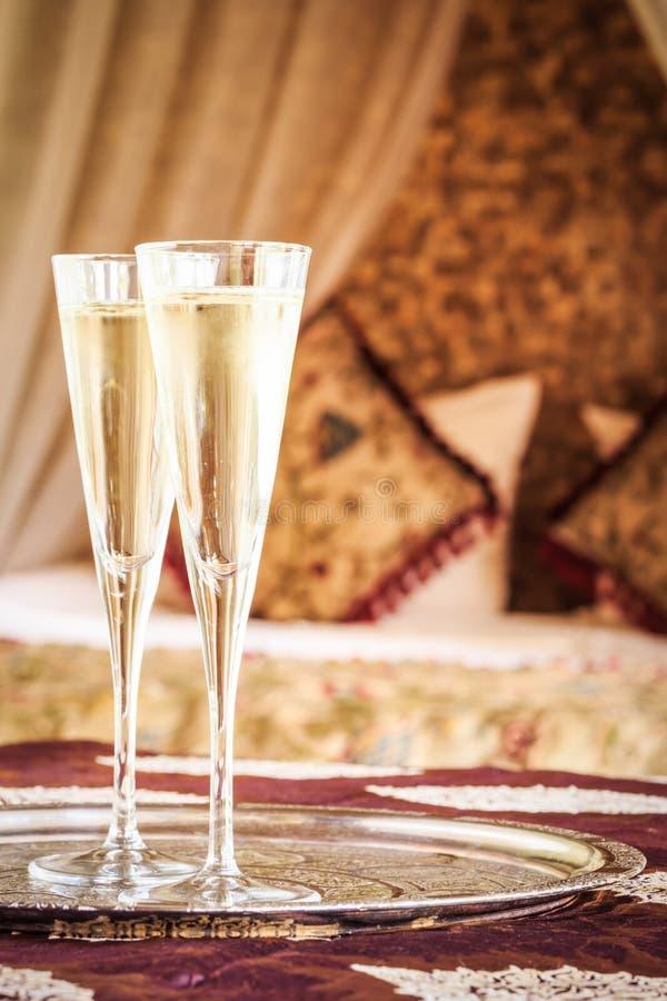 Orientalisches himmelbett  Zwei Champagnergläser Mit Orientalischem Himmelbett Am Hintergrund ...